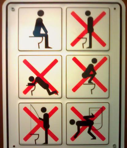 Gelukkig word je er hier aan herinnerd hoe je op een wc moet zitten